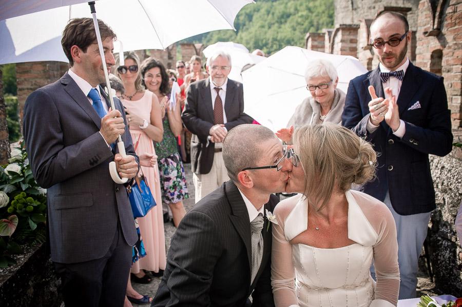 bacio degli sposi al Castello di Vigoleno